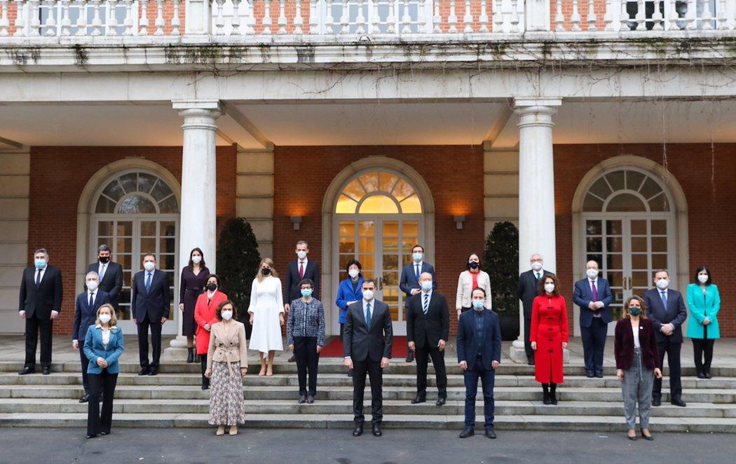 Nueva foto de familia del Gobierno (con mascarilla) tras el cambio de cartera de Carolina Darias y la incorporación de Miquel Iceta