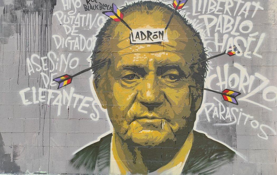 Polémica en el Ayuntamiento de Barcelona tras borrar un grafiti del emérito rey Juan Carlos a favor de la libertad de Pablo Hásel