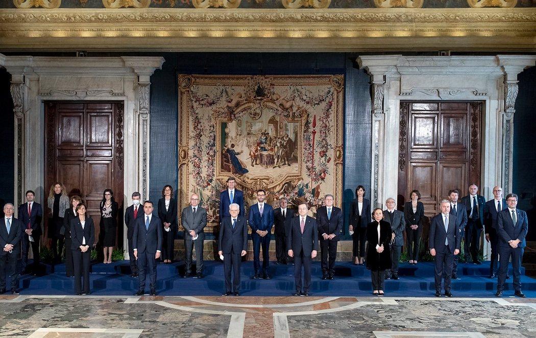 Draghi y su gobierno de unidad nacional con 23 ministros han jurado en el Quirinal