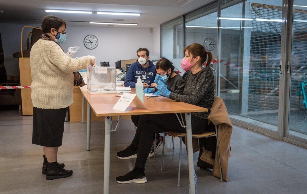 Cataluña acude a votar en unas elecciones marcadas por la pandemia