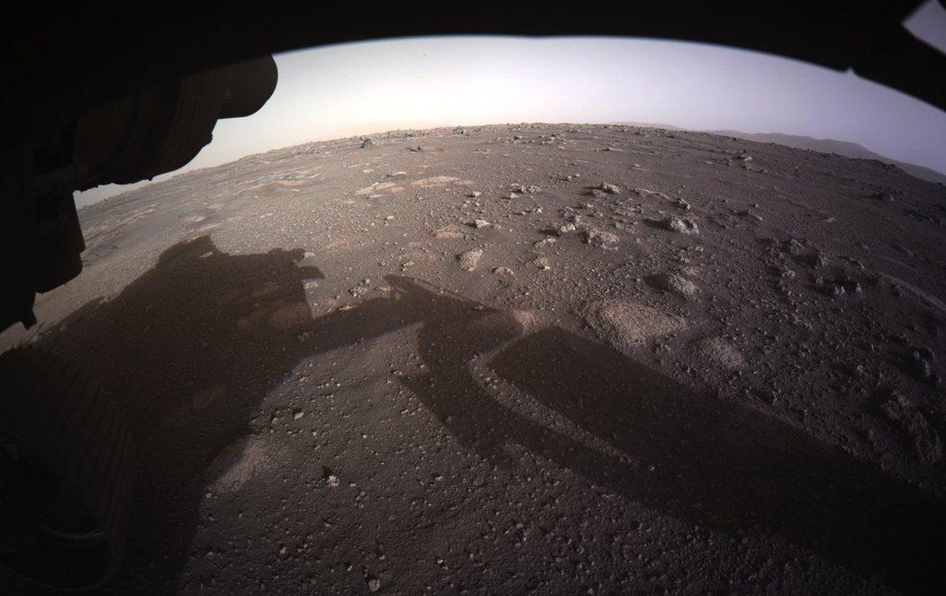 El Perseverance manda las primeras imágenes a color de la superficie de Marte