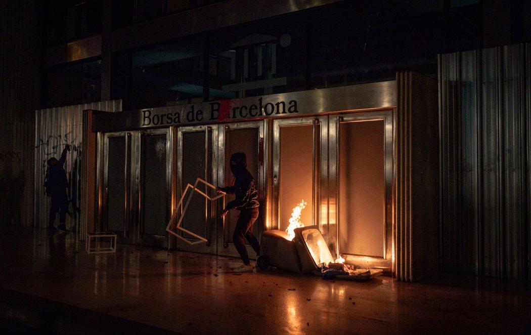 Quinto día de graves disturbios en Barcelona por el encarcelamiento de Pablo Hasél