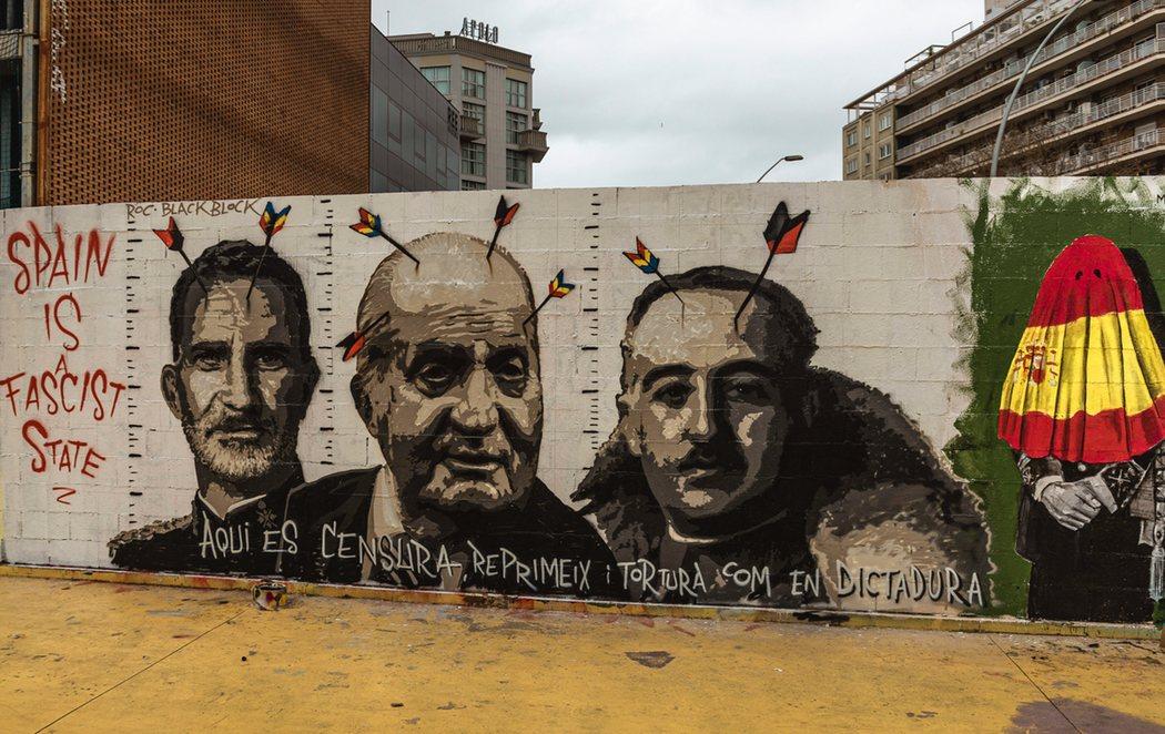 """""""España es un estado fascista"""": nuevo mural por Pablo Hasél en Barcelona con Franco, el rey emérito y Felipe VI"""
