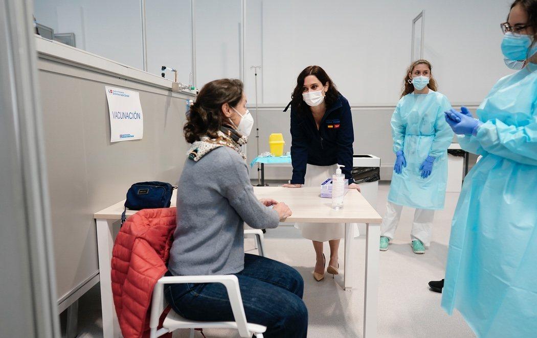 Madrid empieza las vacunaciones masivas con AstraZeneca en el Zendal
