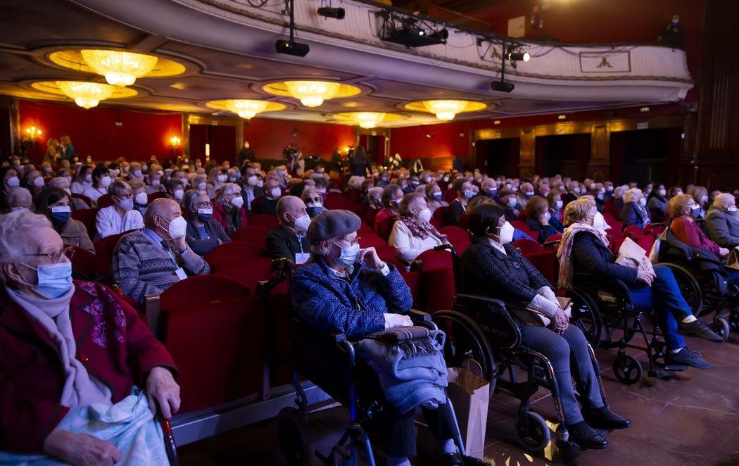 Vuelven al teatro más de 200 mayores de residencias madrileñas vacunados tras un año de encierro