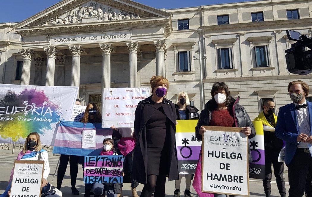 Setenta personas trans inician una huelga de hambre para pedir el desbloqueo de la 'ley trans'