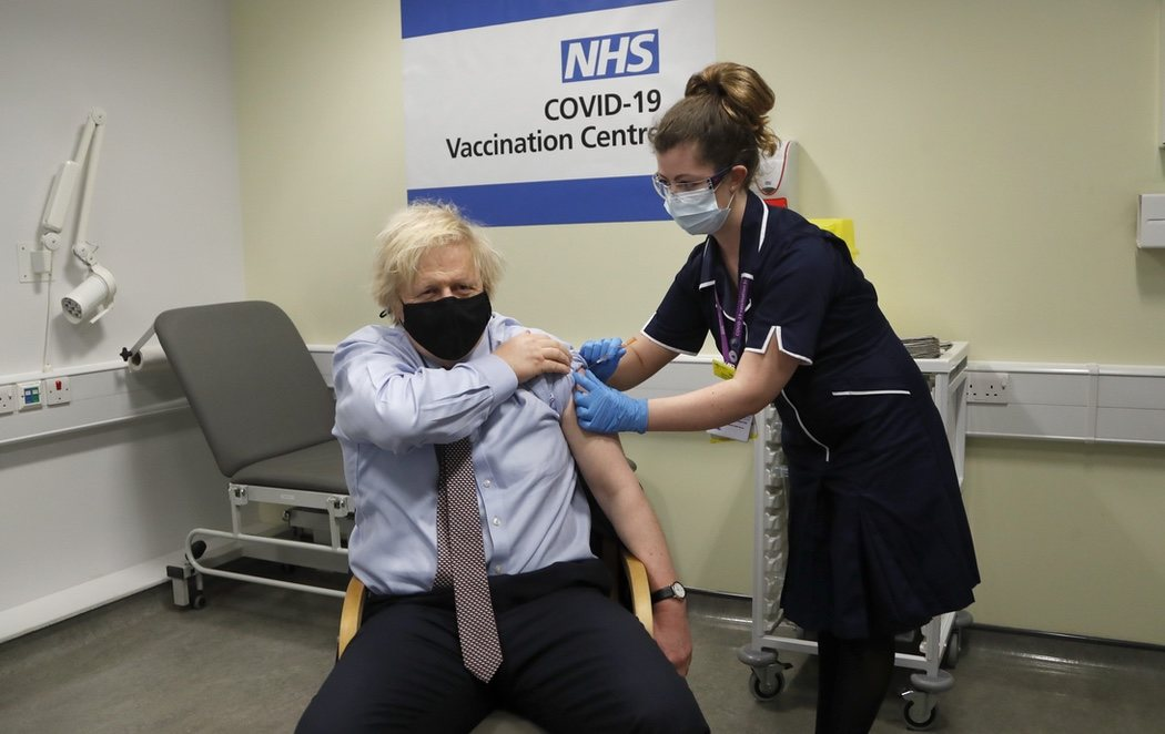 Boris Johnson recibe la vacuna de AstraZeneca para dar constancia sobre su seguridad