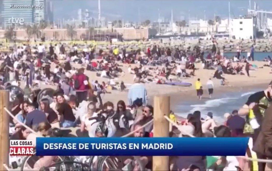 """TVE muestra la playa de Barcelona llena de gente y rotula: """"Desfase de turistas en Madrid"""""""