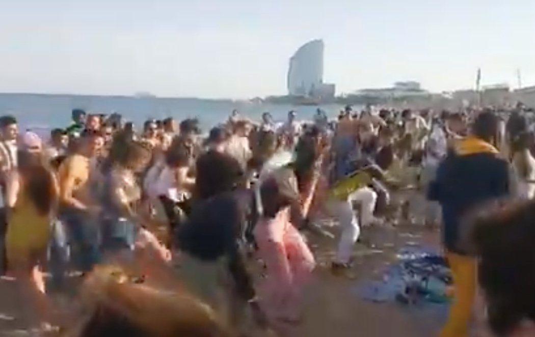 Indignación con el vídeo de decenas de personas bailando en una playa de Barcelona a las puertas de la cuarta ola