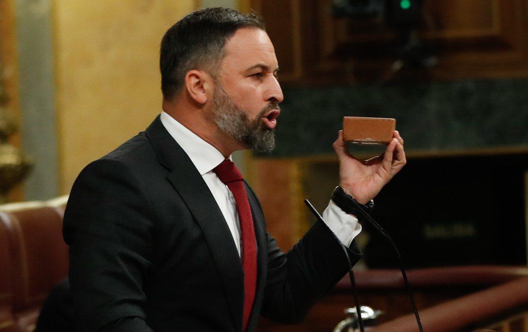 Santiago Abascal imita a Rivera y Ayuso y se lleva un adoquín al Congreso