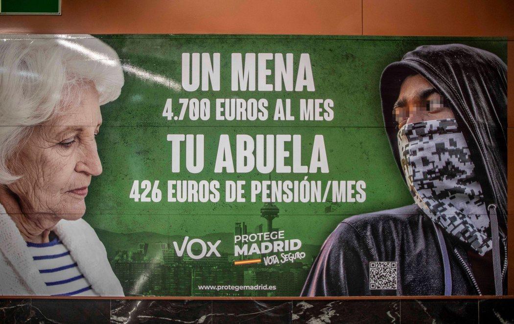 El vomitivo cartel electoral de VOX criminalizando a los menas y comparándolos con las pensiones a los mayores