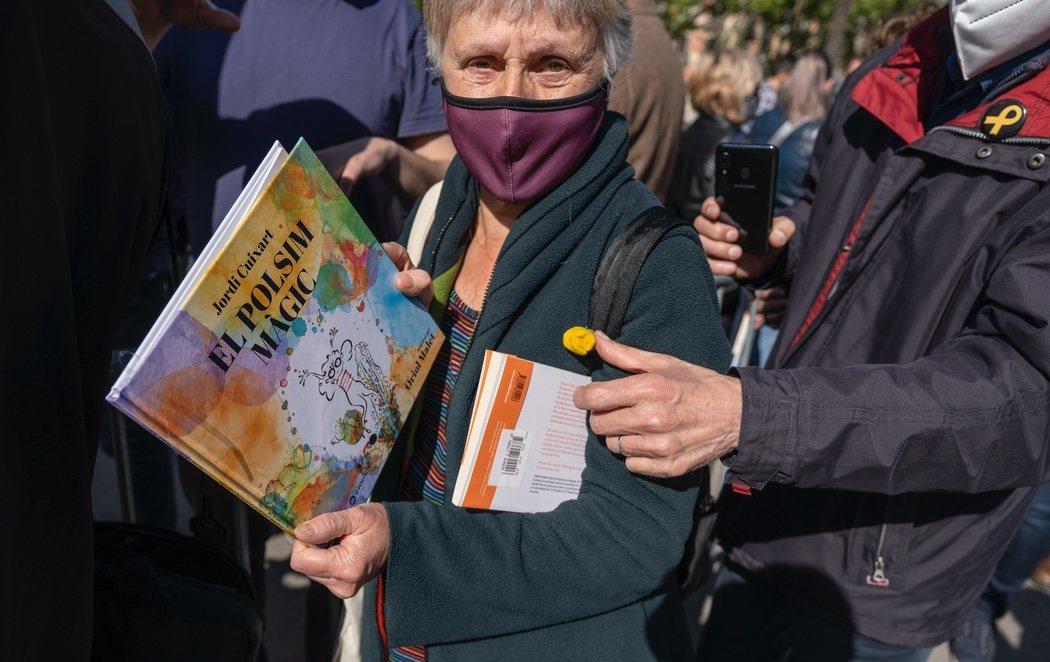 Barcelona celebra un Sant Jordi marcado por la pandemia