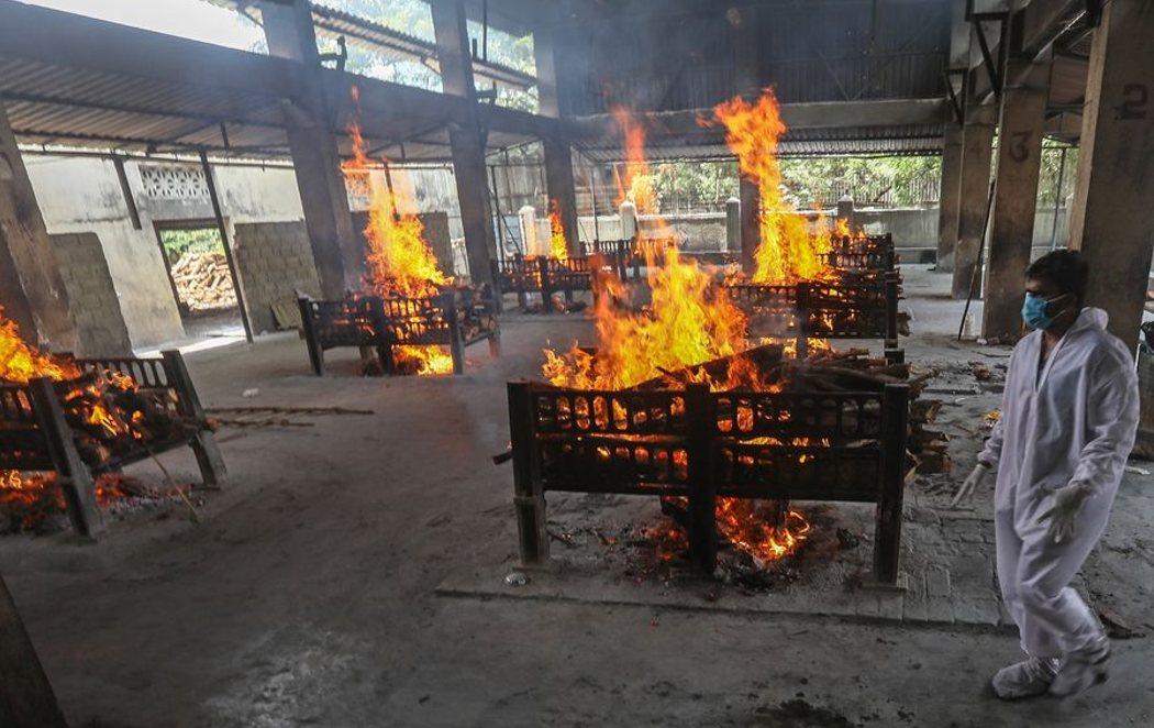 Incineraciones masivas en la calles de la India, al límite por el coronavirus
