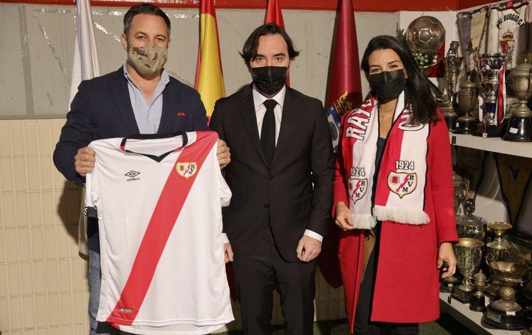 La afición del Rayo Vallecano estalla contra la presencia de VOX en su estadio