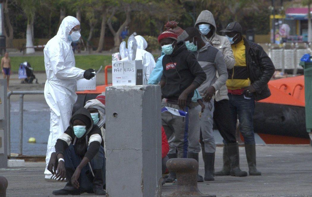 Logran salvar la vida 13 hombres de Malí tras llegar a Tenerife después de diez días por sus medios en un cayuco