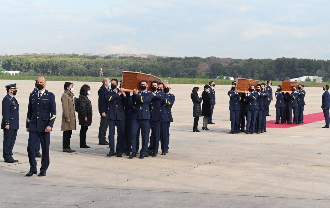 Los cuerpos de David Beriain y Roberto Fraile, asesinados en Burkina Faso, llegan con honores a España