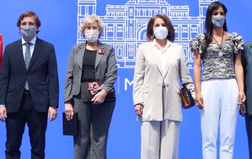 Manuela Carmena y Ana Botella reciben la medalla de honor de Madrid