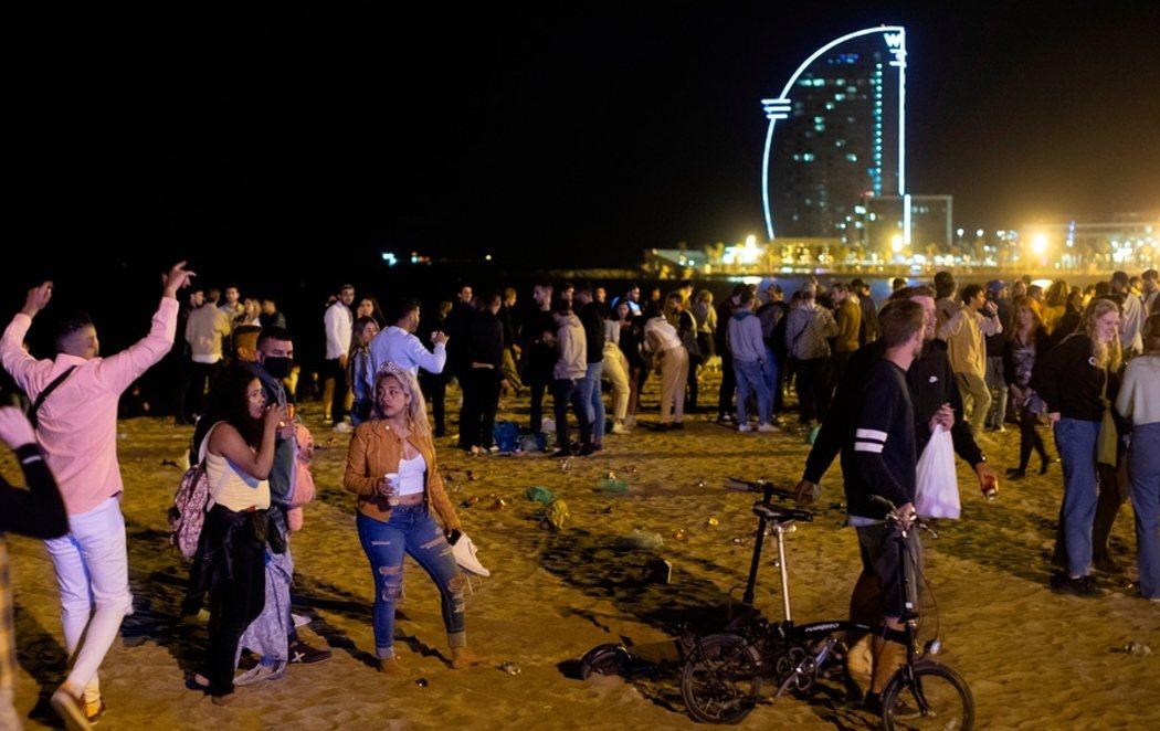 Aglomeraciones y botellones en Barcelona teniendo que desalojar a 9.000 personas