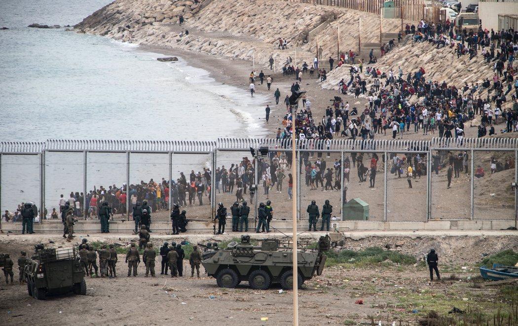 El Ejército actúa en Ceuta ante la crisis migratoria