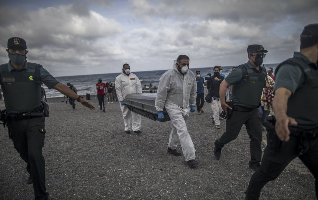 El cuerpo hallado en la playa del Tarajal es de un menor magrebí de unos 16 años