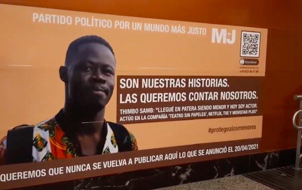 Colocan un cartel en defensa de los menores no acompañados en Sol en el mismo lugar que lo hizo VOX