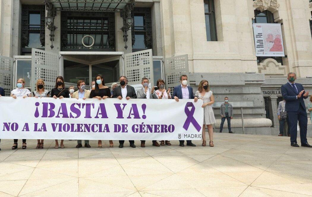 Ortega Smith (VOX) se aparta de la pancarta contra la violencia machista durante un minuto de silencio por el caso de Anna y Olivia