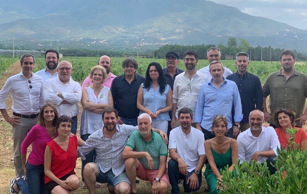 Critican a Puigdemont y Pilar Rahola por organizar una paella de verano en plena quinta ola sin mascarillas