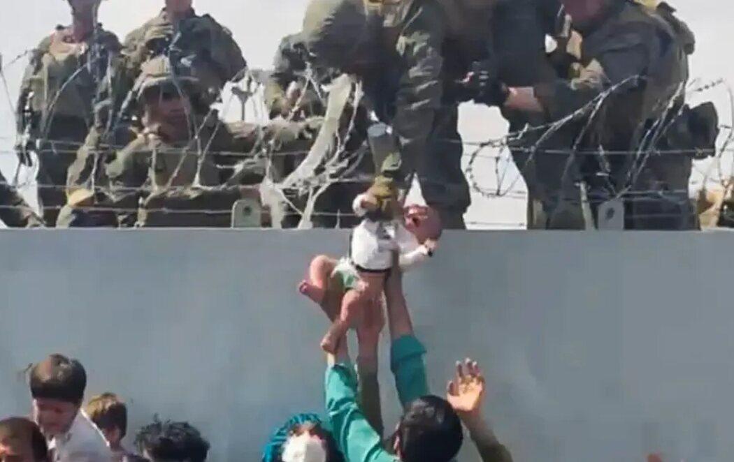 La imagen del drama en Afganistán: un bebé, entregado por sus padres a los militares en el muro del aeropuerto de Kabul