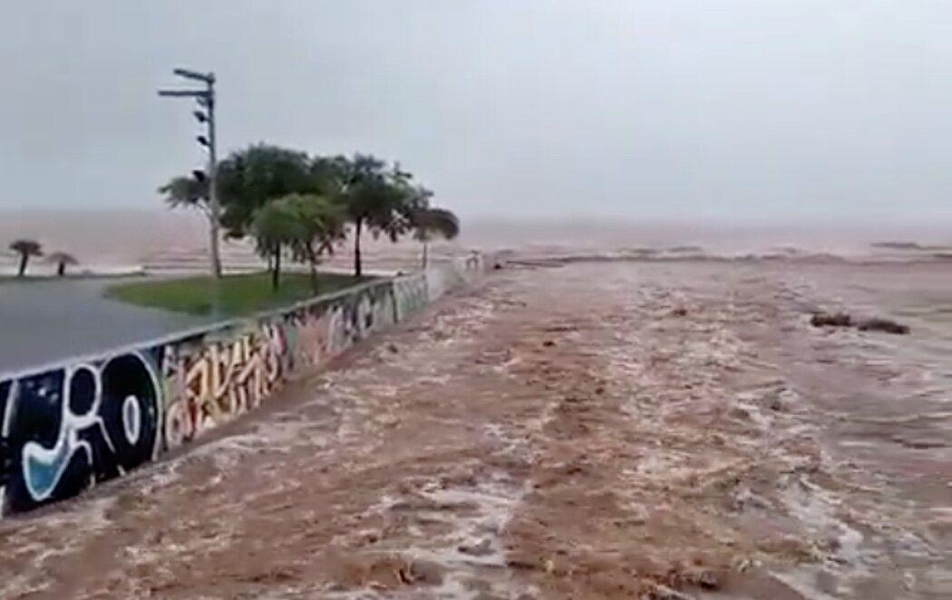 Una tromba de agua sobre Benicàssim (Castellón) inunda por completo calles y barrancos