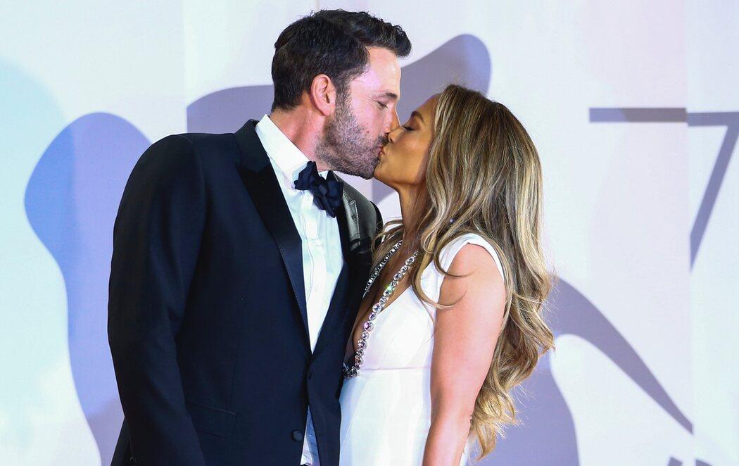 Ben Affleck y Jennifer Lopez acaparan toda la atención del Festival de Venecia con su beso en la alfombra roja