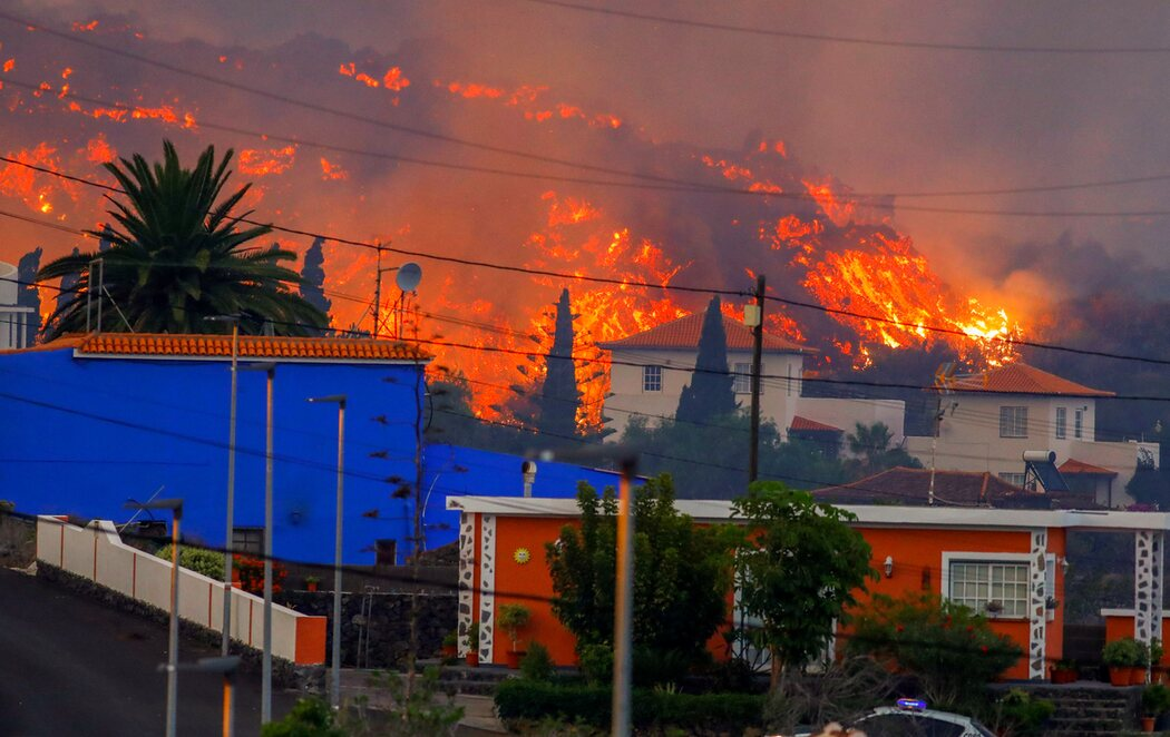 Erupción de La Palma: la lava ha arrasado más de 160 viviendas y se acerca a más núcleos urbanos tras emerger la décima boca eruptiva
