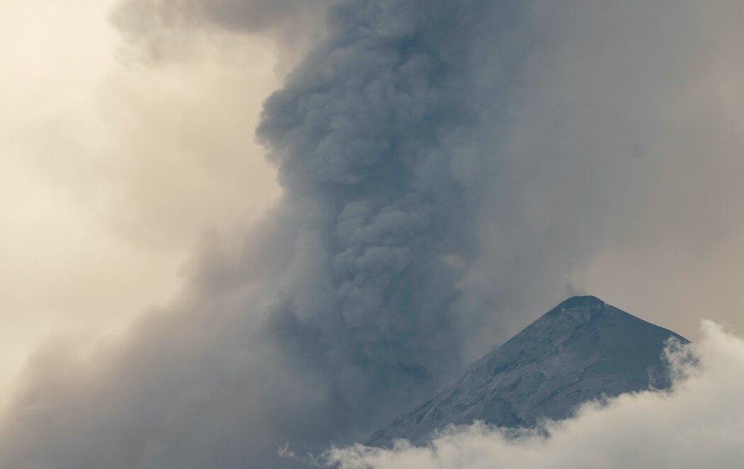 Entra en erupción el volcán de Fuego en Guatemala, el más activo de Centroamérica