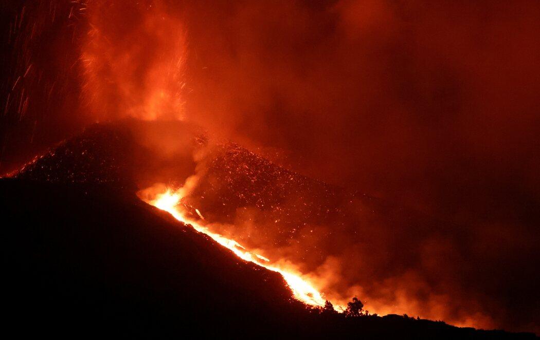 El volcán de La Palma entra en su fase más explosiva y abre dos nuevos bocas