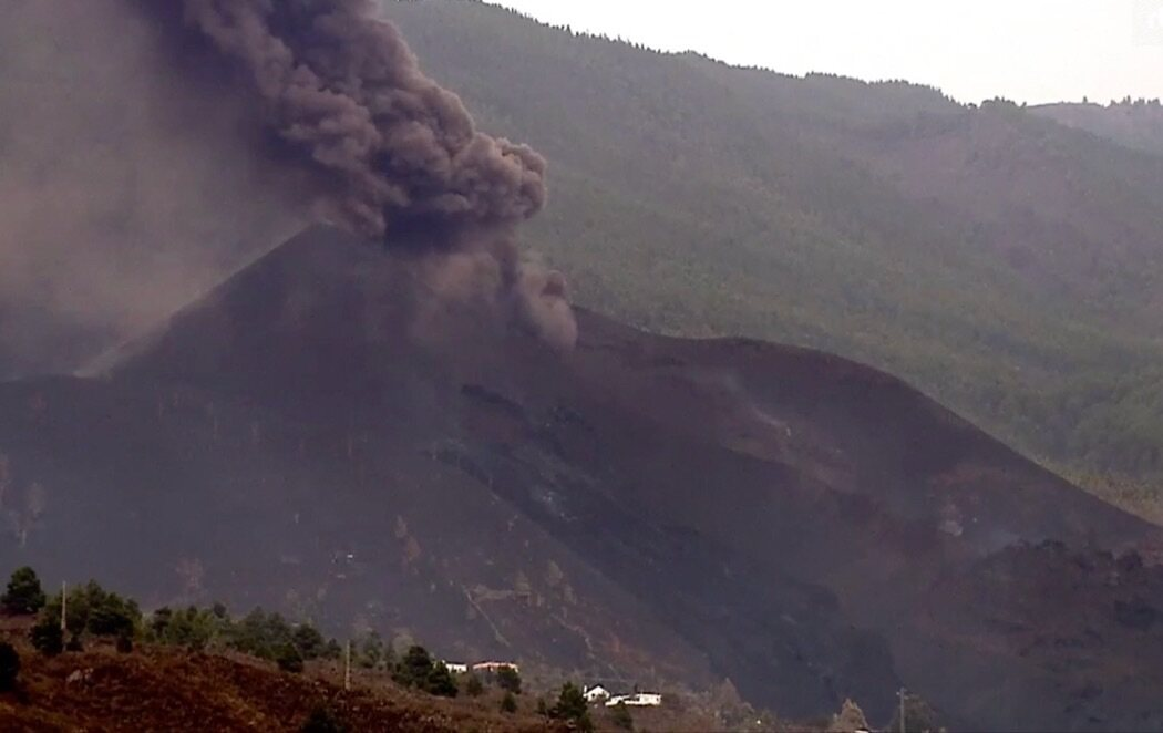 El volcán de La Palma se reactiva y vuelve a emitir lava y cenizas tras varias horas parado