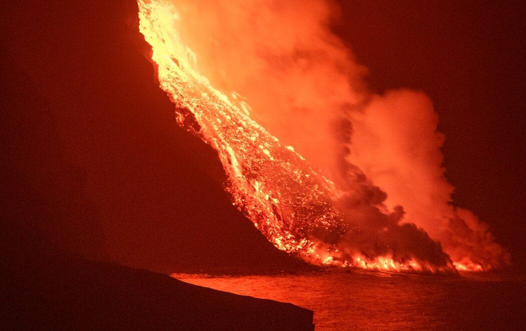 La lava del volcán llega al mar y crea un delta de 50 metros de altura
