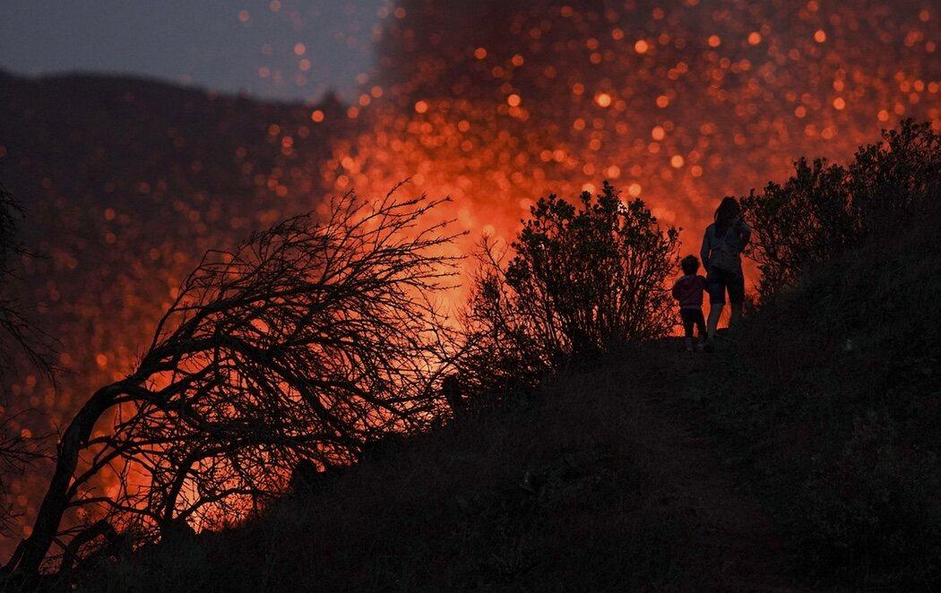 El volcán de La Palma aumenta de actividad explosiva, se rompe el cono y expulsa más lava