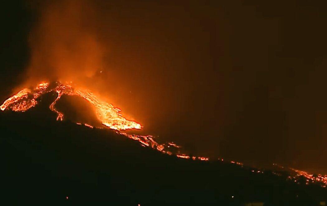 Derrumbe parcial de la cara norte del volcán de La Palma surgiendo una nueva colada en varias direcciones