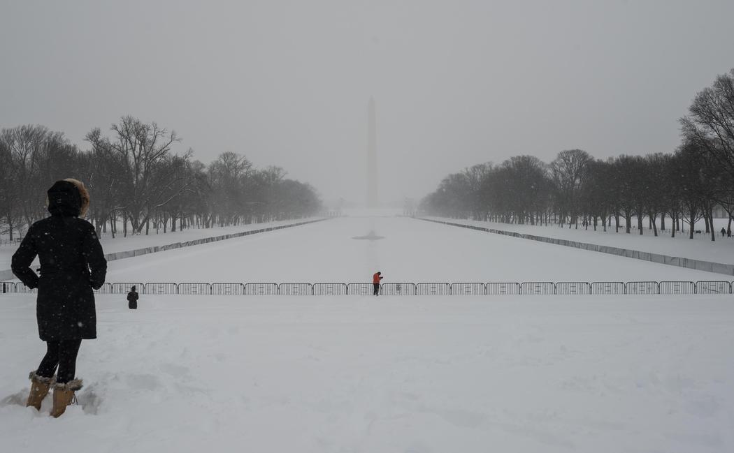 Lincoln Memorial Reflecting Pool congelada y bajo la nieve
