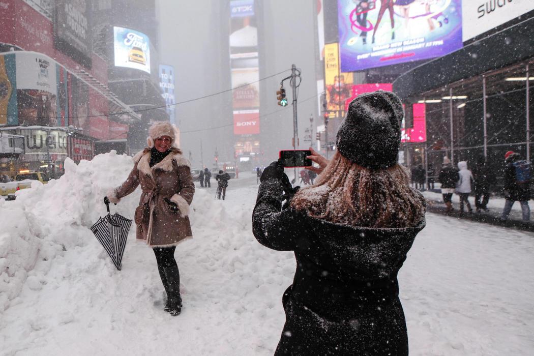 Turistas y nieve en Times Square