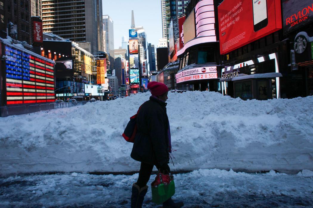 Nieve amontonada en Times Square