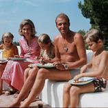 Juan Carlos, Sofía y los niños en un día de piscina