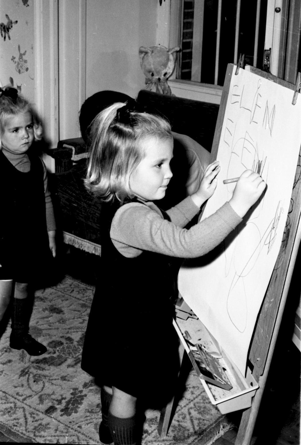 Elena aprende a escribir su nombre