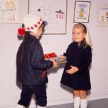 Cristina visita una exposición de dibujos infantiles