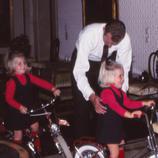 Juan Carlos enseñando a montar en bici