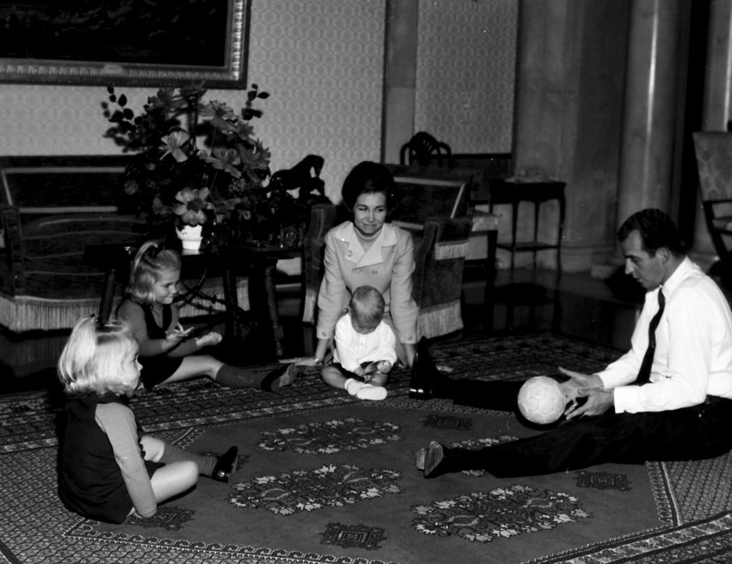 Juan Carlos juega a la pelota con las infantas