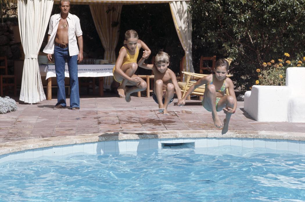 Elena, Cristina y Felipe saltan a la piscina