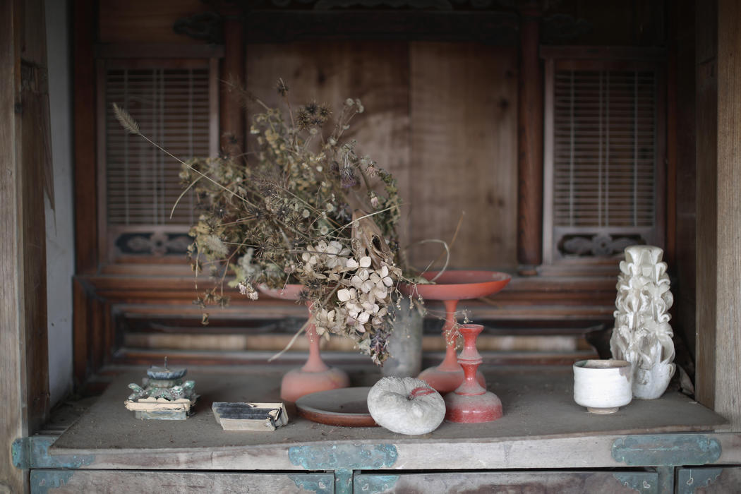 Un bodegón con objetos personales en el interior de un hogar de Fukushima