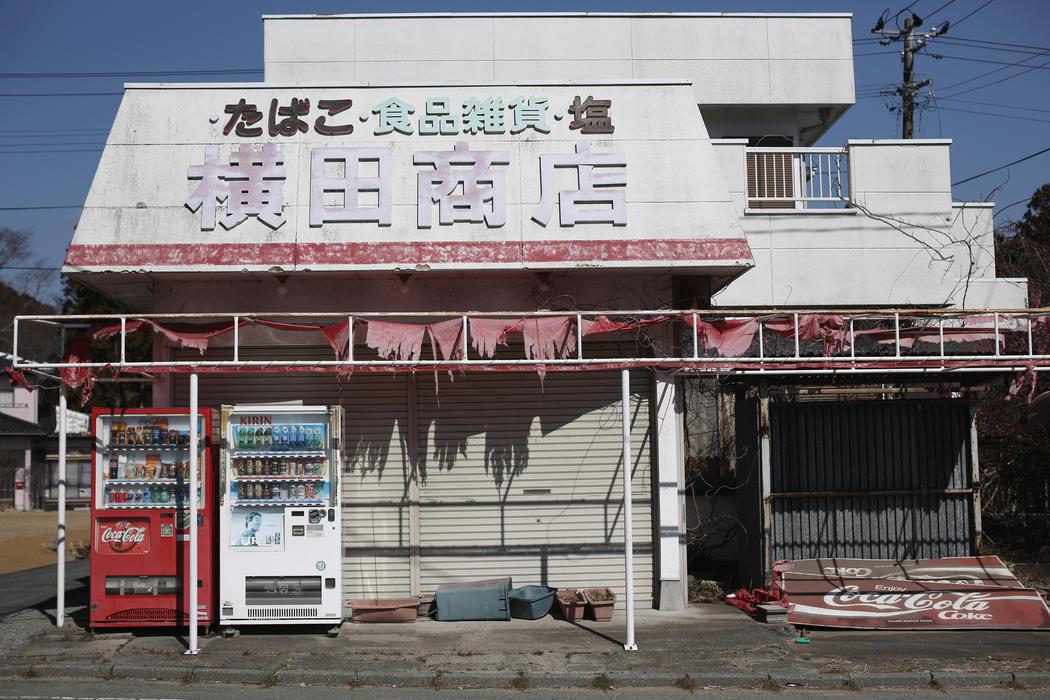 Un comercio de alimentación con la persiana bajada en Fukushima