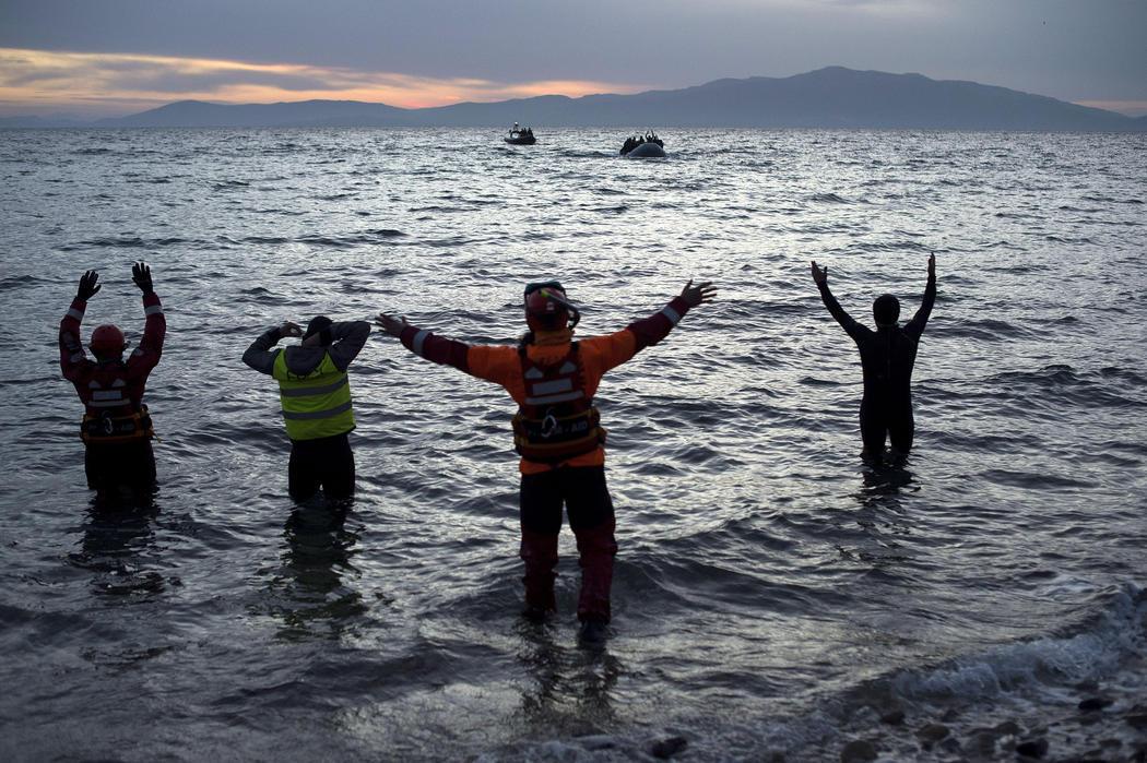 Voluntarios y socorristas ayudan a los refugiados en la costa de Lesbos