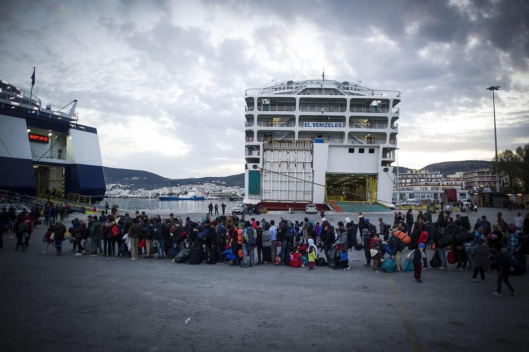 Los refugiados se amontonan en la frontera griega